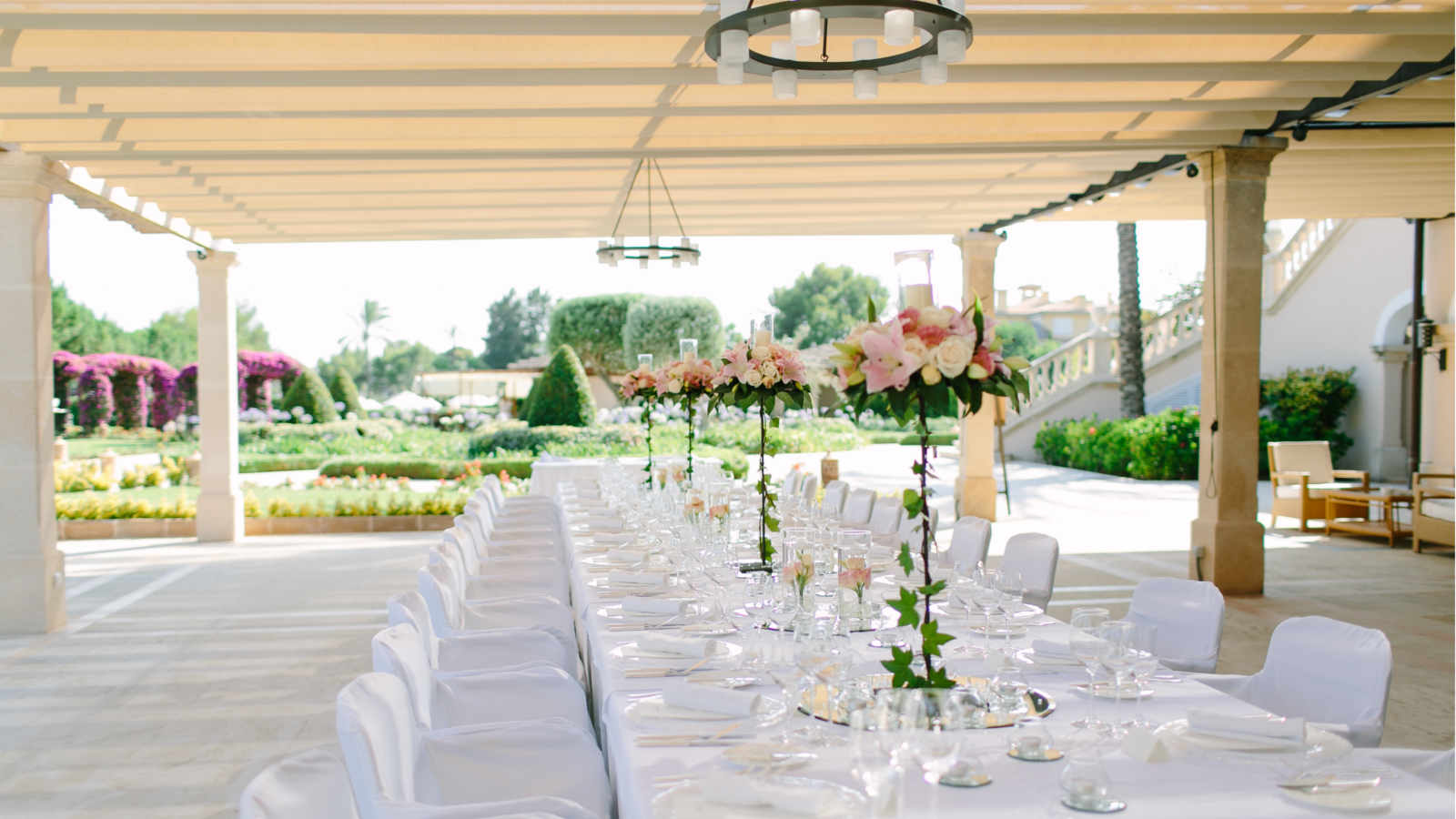 Table decoration ideas for your wedding at the St. Regis Mardavall Mallorca